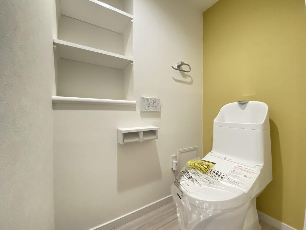 清潔感のあるトイレはウォシュレット一体型になっています。トイレ内にもニッチ型の収納完備。アクセントクロス使いで小さな空間も心地よく演出しています。