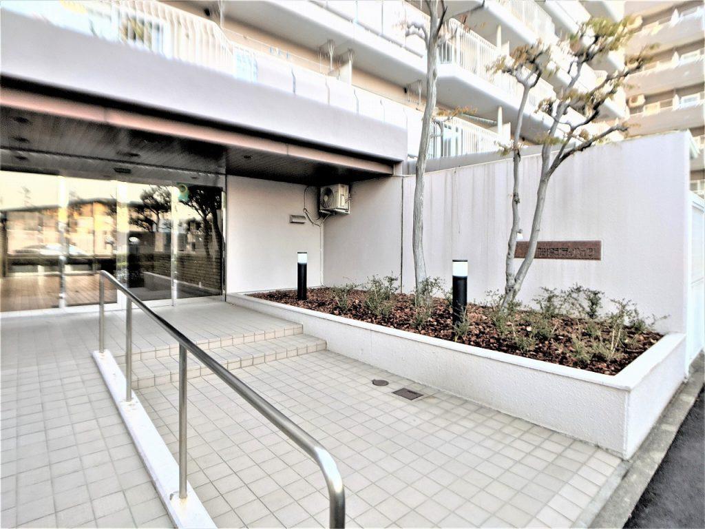船橋駅徒歩7分の好立地に建つマンションです。駅チカにもかかわらず遊歩道や公園が充実している緑の多い住環境。9階建ての5階なので眺望も良好です。