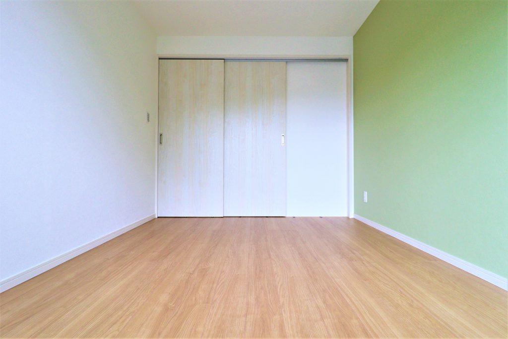ライムグリーンのアクセントクロスがお部屋を爽やかな印象に演出しています。ダイニングに続く引き戸は、お客様のお好みでガラスタイプにも交換可能です。お気軽にお問合せ下さい。
