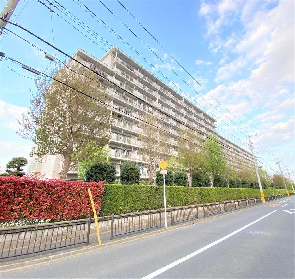 A~F棟の合計681戸のビッグコミュニティ。9階部分の南西向き、日当たりも風通しも良好でペットと暮らせるマンションです。徒歩圏内に商業施設も多数あります。