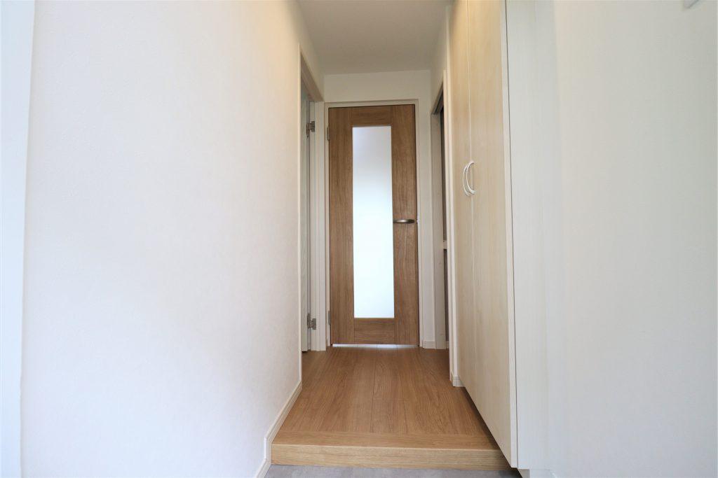 玄関からリビングに続く室内廊下部分の様子です。天井まである大型のシューズボックスと廊下収納完備。しっかりとした収納力のある間取りです。
