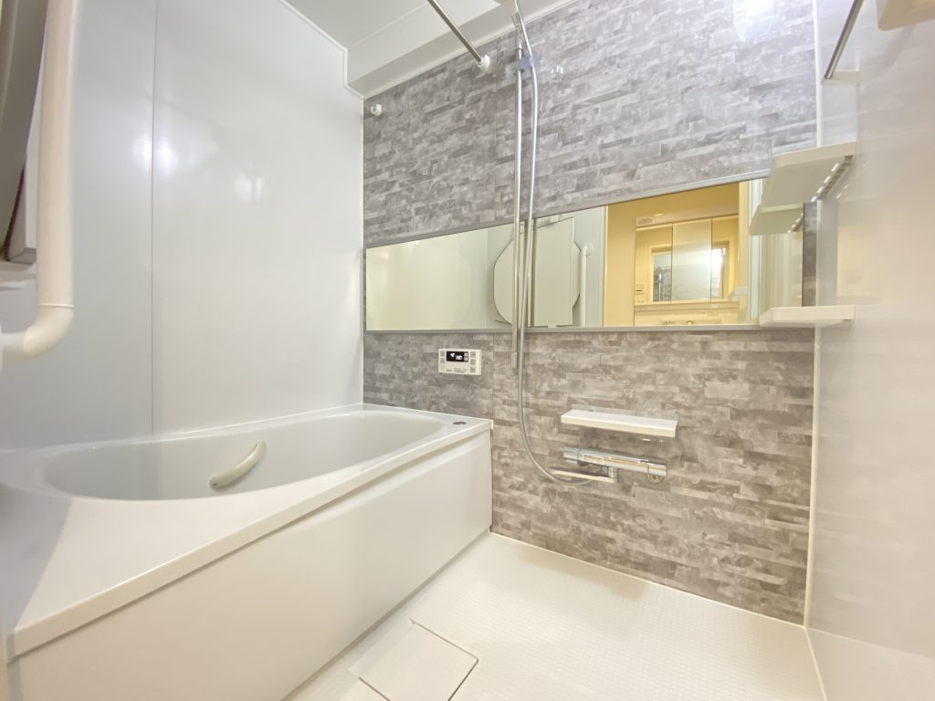 全身浴のくつろぎ感を重視した使いやすいデザインの浴槽です。魔法瓶浴槽でお湯の温かさを保ちます。浴室床は水はけが良く、乾きやすい設計です。