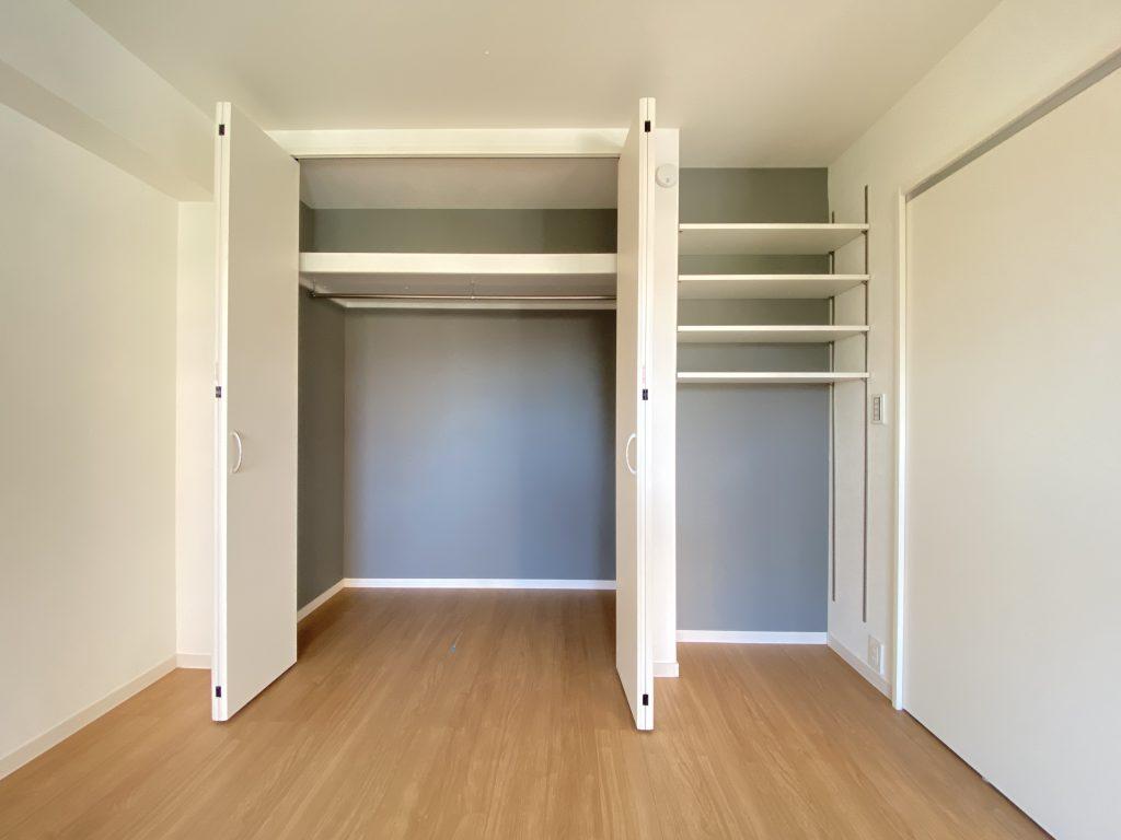 クローゼットの様子です。ハンガーパイプと棚板を完備。洋服から小物まで整理して頂けます。