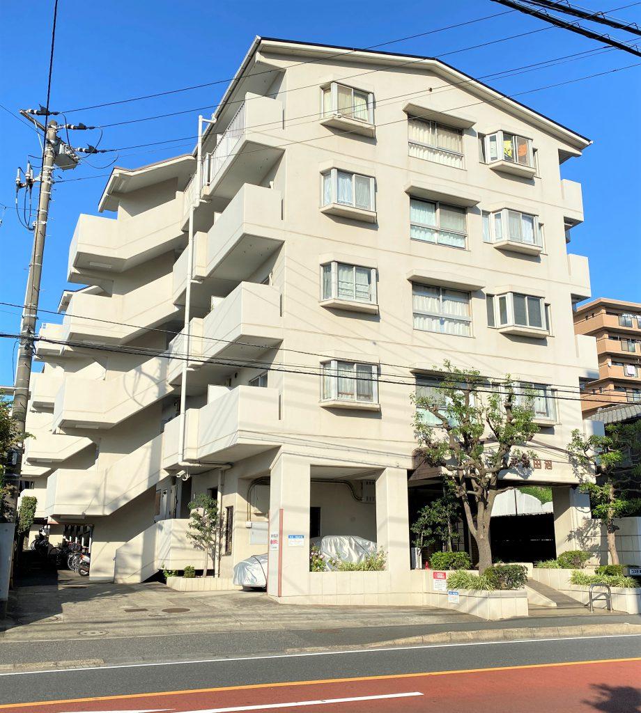 京成津田沼駅、JR津田沼駅の2駅利用可能な立地のリノベーション済みマンション。5階建ての4階部分、3LDK、日当たりも風通しも良好。物件は便利なエレベーター停止階です。