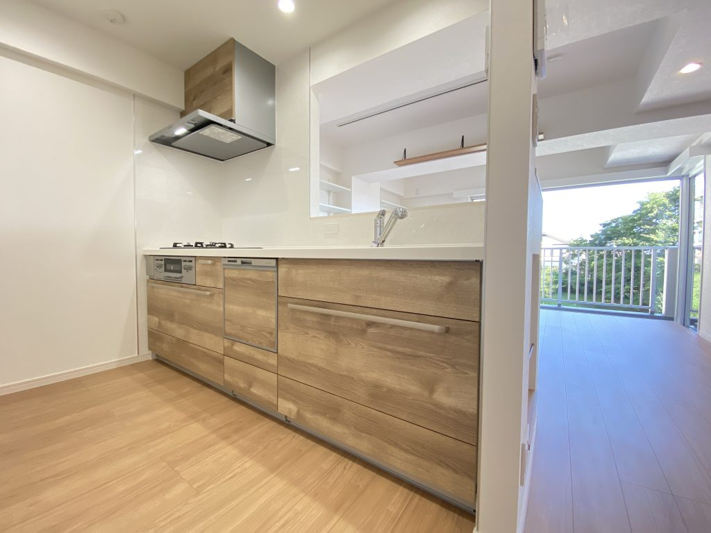 カウンター式のシステムキッチン。ビルトイン浄水器、食洗機、3口ガスコンロ付きなので、調理も後片づけもはかどります。