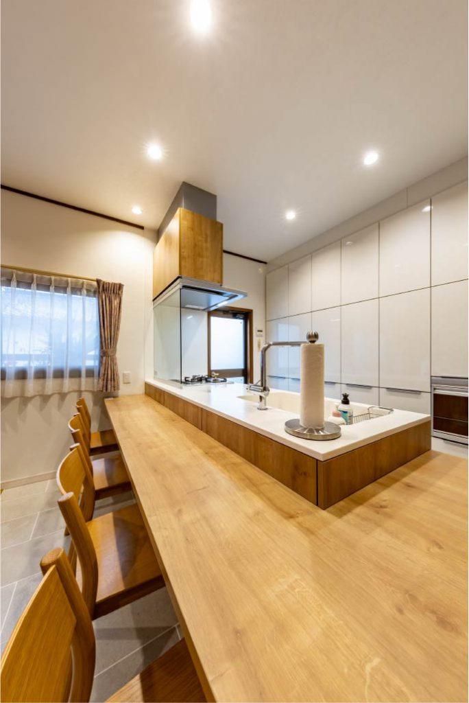 木目が美しいキッチンカウンターで食事を楽しむ暮らし