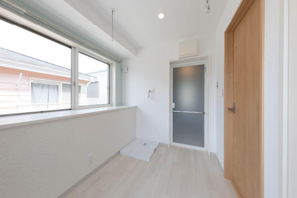 木目調の天井が温かみを演出する2階リビングで開放的な暮らし