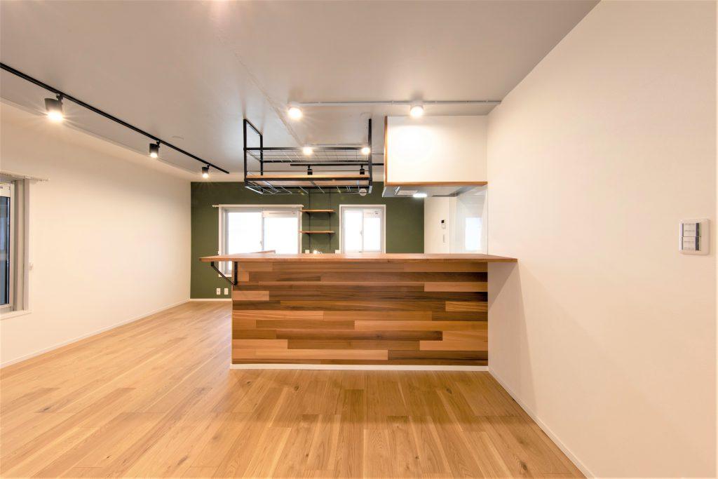 住まいの中心に美しいパネリングのキッチンをデザインした暮らし