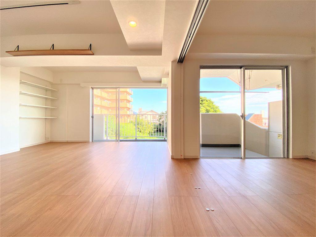 大きな掃き出し窓からの光がたっぷりと室内に入ります。明るく開放感があります。ぜひ現地でお確かめください。