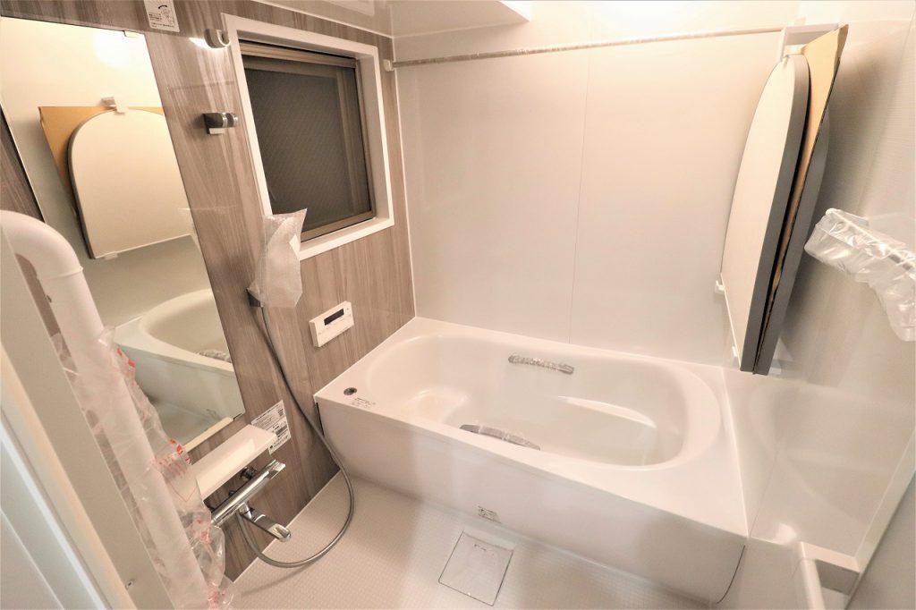 寛げる浴室は、追炊き機能、浴室換気乾燥機能付きで快適なバスタイムをお過ごし頂けます。3方角住戸、4方に開口部あり。水回りの全てに窓があります。