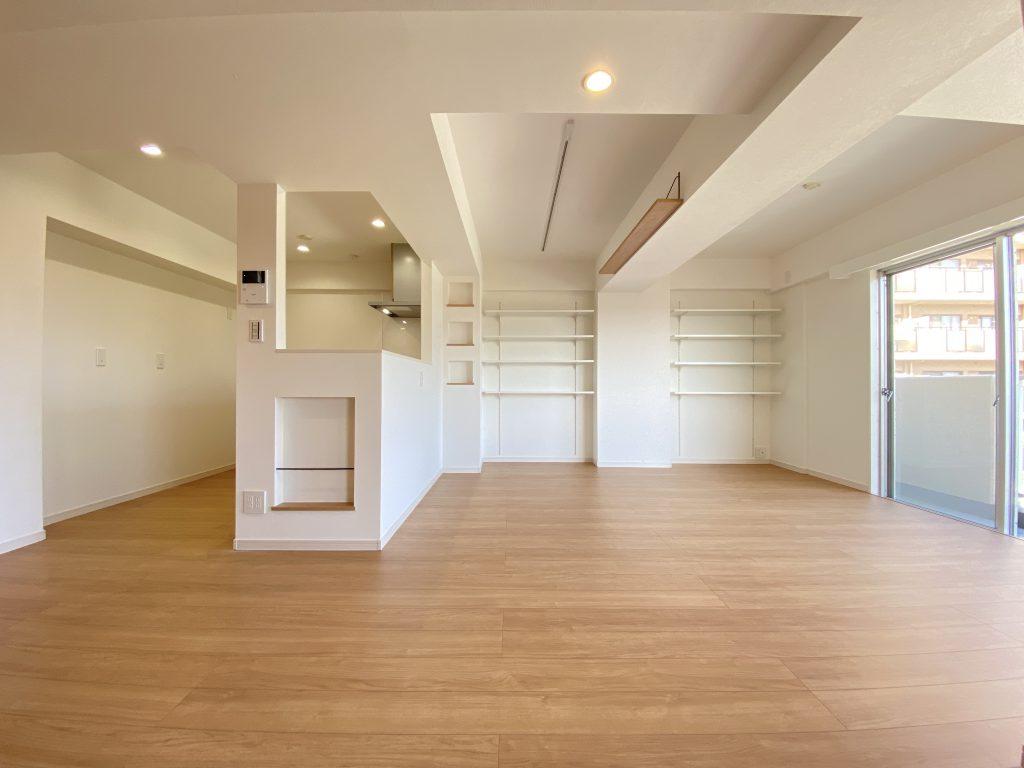 壁面いっぱいに棚板を設置しています。天井までのオープン収納。魅せる収納を愉しんで頂けます。