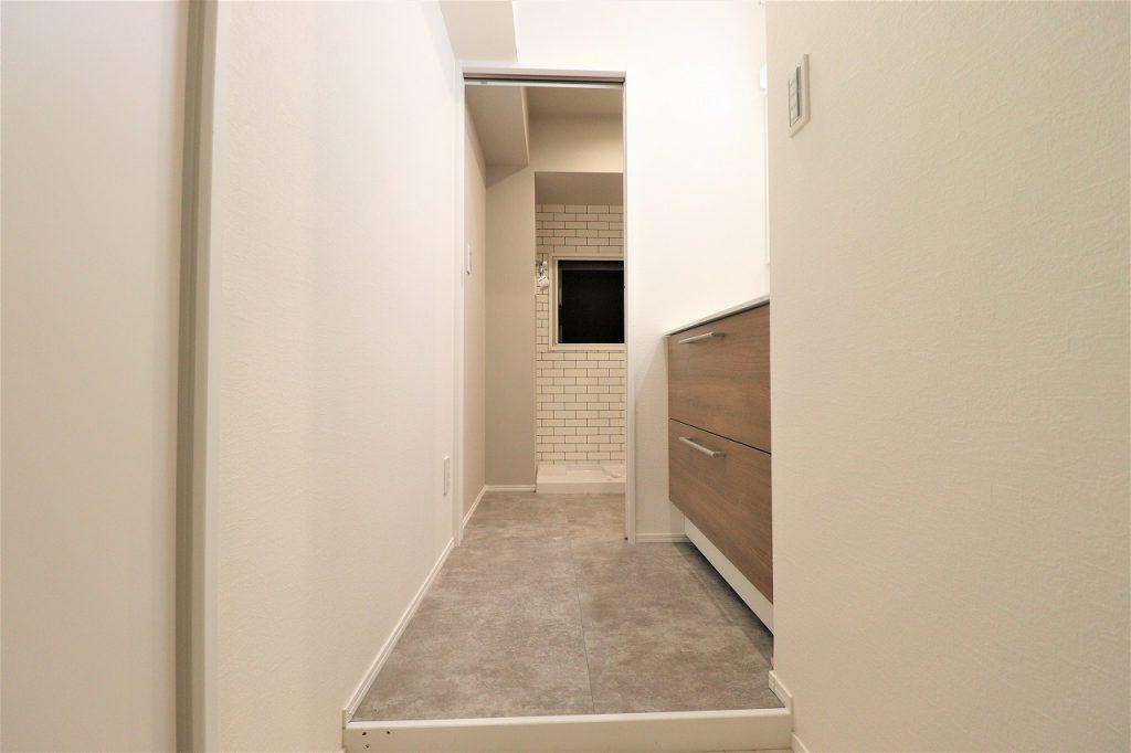 洗面室の様子です。脱衣室もあるゆとりかる広さを確保してプランニングしております。室内洗濯機置き場にも窓がありますので、快適です。