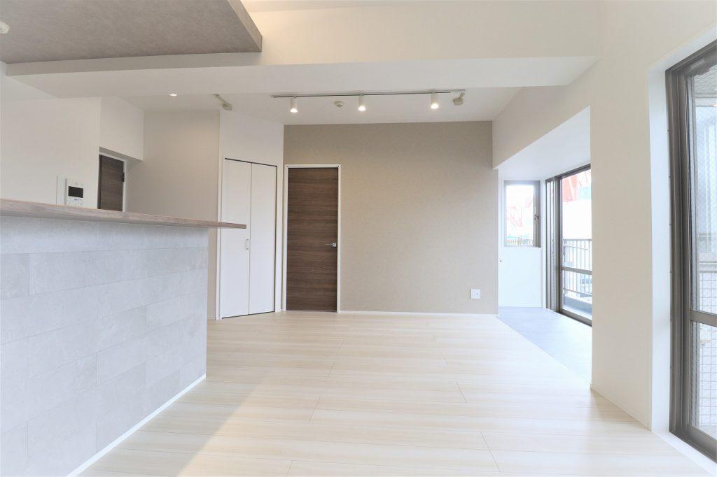 【昼の室内】リビングには、織り上げ天井やヌックスペースをプランニング。ゆとりある空間に様々に暮らしを楽しめるエッセンスを織り込みました。