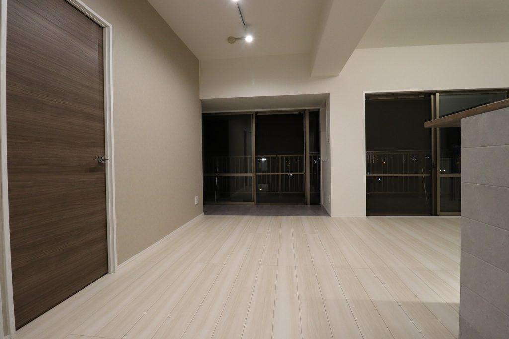 【夜の室内】昼のリビングと同じ角度から撮影した夜の室内空間。ダウンライトの光がゆったりと落ち着いた雰囲気を演出します。