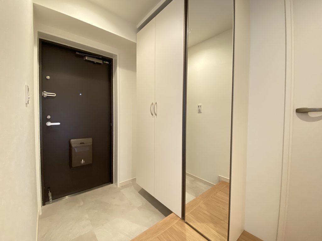 大きな鏡の付いた大型のシューズボックス完備なので、いつでも玄関はスッキリと整理できます。