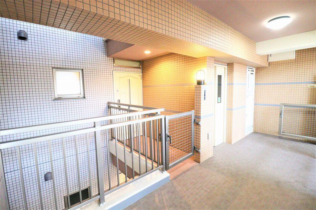 1フロア3住戸の配置。エレベーターを中心に全住戸が角住戸の設計です。玄関前にポーチとライトコート(吹抜)有り。戸建て感覚で暮らして頂けます。
