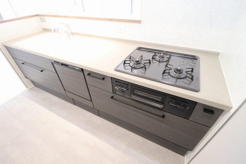 システムキッチン。浄水器、3口ガスコンロ、食洗機完備なので、家事の時短が実現できます。