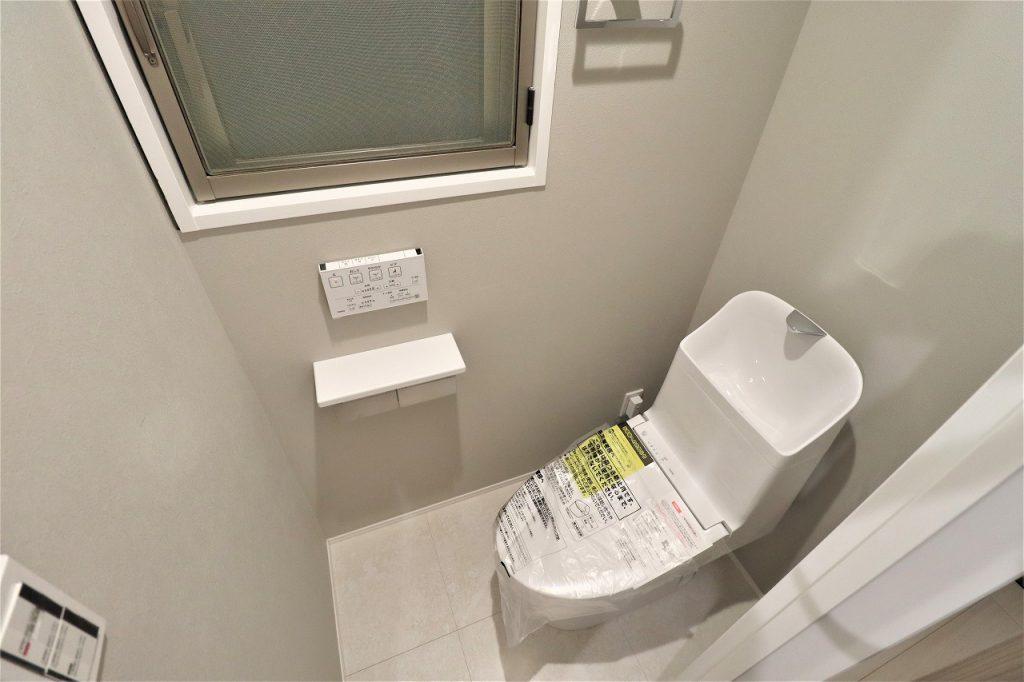 清潔感のあるトイレは、ウォシュレット一体型になっております。窓がありますので、ニオイや湿気の心配もありません。